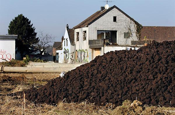 Duitsland, Holz, 31-1-2009Dit dorp ligt in het gebied dat afgegraven wordt door stroomproducent RWE. De bruinkool voor de centrales wordt in dagbouw ontgonnen. Het gebied wordt langzaam maar aeker opgegeten, en dorpen die in de weg liggen worden afgebroken en de bewoners verplaatst. Een berg bruinkool ligt op een veldje aan de rand van het te slopen dorp.Foto: Flip Franssen/Hollandse Hoogte