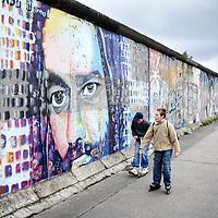 Duitsland.Berlin. 14 mei 2005. .Berlijn (Duits: Berlin) is de hoofdstad van Duitsland en als stadstaat een deelstaat van dat land. Het is een metropool en de grootste stad van het land, met 3.415.742 inwoners. Het is tevens de op één na grootste stad in de Europese Unie..Berlijn geldt in Europa als één van de grootste culturele, politieke en wetenschappelijke centra. De stad is ook bekend vanwege het hoog-ontwikkelde culturele leven (festivals, nachtleven, musea, kunsttentoonstellingen enz.) en de liberale levensstijl, moderne zeitgeist en de lage kosten. Bovendien is Berlijn één van de groenste steden van Europa: 18% van Berlijn bestaat uit natuur en parken en 7% uit meren, rivieren en kanalen..De stad ligt in het noordoosten van het land, aan de rivier de Spree en wordt omsloten door de deelstaat Brandenburg, waarvan ze sinds 1920 geen deel meer uitmaakt..Op de foto een stukje Berlijnse Muur dat West Berlijn scheidde van Oost Berlijn