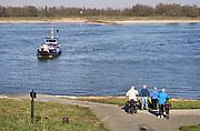 Nederland, Millingen aan de Rijn , 23-2-2019Het fietsveer, voetveer, van Millingen naar Pannerden . Het is uitzonderlijk warm en mooi weer voor de tijd van het jaar . Weerrecord in februari . De natuur staat op springen en mensen komen fietsen en wandelen in dit gebied .Foto: Flip Franssen