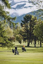 THEMENBILD - Freizeitgolfer auf der Anlage. Golfplätze dürfen ab heute nach dem Lock Down wieder öffnen, aufgenommen am 01. Mai 2020 in Zell am See, Oesterreich // Amateur golfers on the course. Golf courses are allowed to reopen after the lock down in Zell am See, Austria on 2020/05/01. EXPA Pictures © 2020, PhotoCredit: EXPA/ JFK