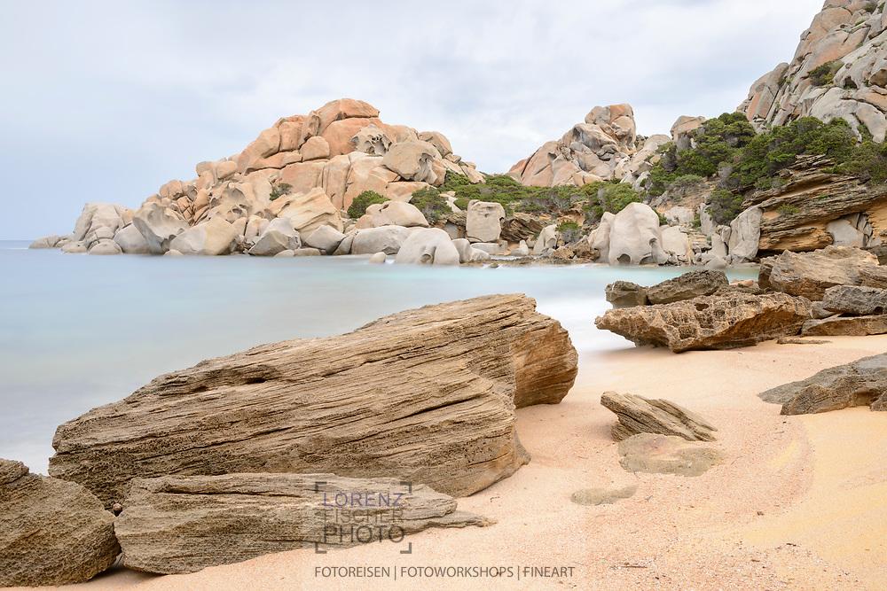 Die Küste der Gallura auf Sardininen beim Capo Testa bei heftigem Maestrale und Brandung an einem bedeckten Nachmittag.