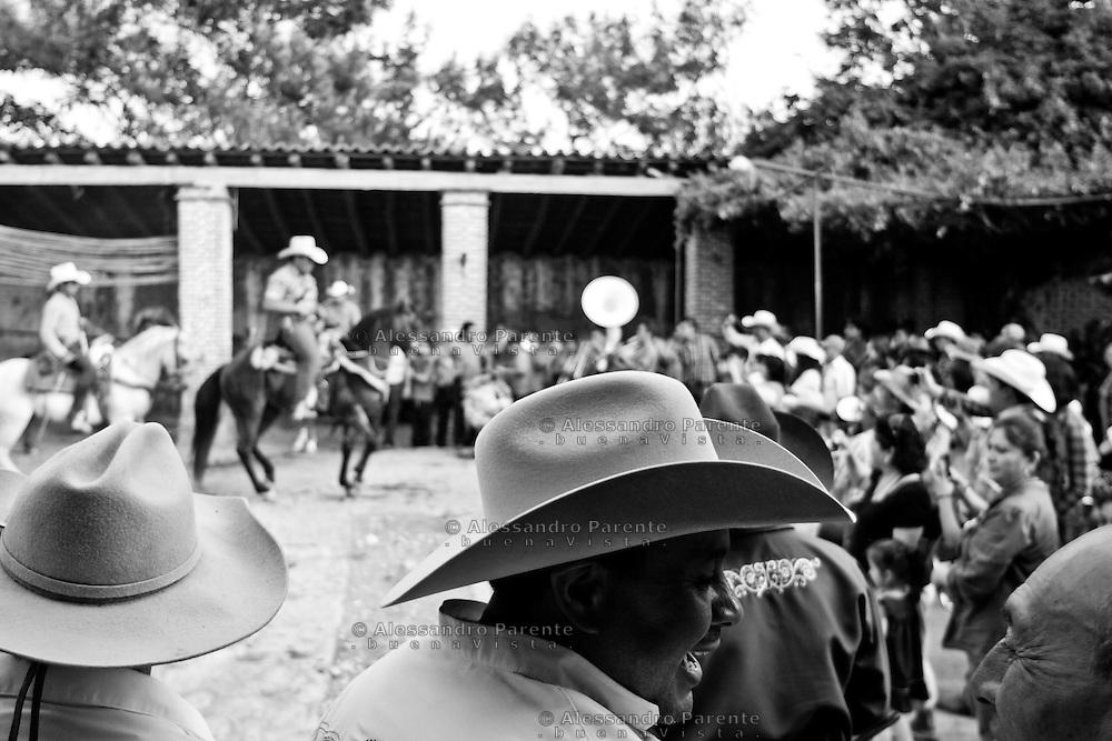 """ENG:<br /> The hosts wear the best hat they have for the ceremony.<br /> ITA:<br /> Ogni invitato all'evento indossera' un """"sombrero"""" da cerimonia."""