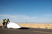 Yasmin Tredell gaat van start tijdens de kwalificaties op maandagmorgen. In Battle Mountain (Nevada) wordt ieder jaar de World Human Powered Speed Challenge gehouden. Tijdens deze wedstrijd wordt geprobeerd zo hard mogelijk te fietsen op pure menskracht. De deelnemers bestaan zowel uit teams van universiteiten als uit hobbyisten. Met de gestroomlijnde fietsen willen ze laten zien wat mogelijk is met menskracht.<br /> <br /> The qualification at Monday morning. In Battle Mountain (Nevada) each year the World Human Powered Speed ??Challenge is held. During this race they try to ride on pure manpower as hard as possible.The participants consist of both teams from universities and from hobbyists. With the sleek bikes they want to show what is possible with human power.