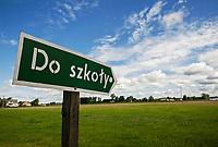 07.2015 wies Jazgarka woj mazowieckie n/z drogowskaz pokazujacy droge do szkoly fot Michal Kosc / AGENCJA WSCHOD