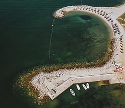 THEMENBILD - Strand mit Sonnenschirme und Liegeflächen, aufgenommen am 03. Juli 2020 in Novigrad, Kroatien // Beach with umbrellas and sunbathing areas in Novigrad, Croatia on 2020/07/03. EXPA Pictures © 2020, PhotoCredit: EXPA/ JFK