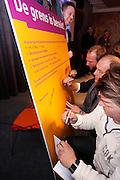 Freelancers in de audiovisuele sector vergaderen over algemene leveringsvoorwaarden voor de beroepsgroep. Samen met CNV Media, onderdeel van CNV Dienstenbond, zijn de voorwaarden opgesteld. Aan het eind van de vergadering ondertekenden de aanwezige freelancers een symbolisch exemplaar van de leveringsvoorwaarden.