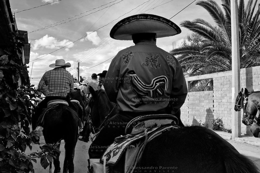 ENG:<br /> The rooster in the mexican Charro culture is almost a holy symbol.<br /> ITA:<br /> Nella cultura del Charro messicano il gallo e' uno dei simboli quasi sacri