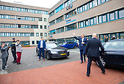 Koning Willem-Alexander stapt voor een rondrit in een waterstofbus. De koning wordt tijdens een werkbezoek aan OV-bureau Groningen Drenthe geinformeerd over het organiseren van het openbaar vervoer en publiek vervoer.