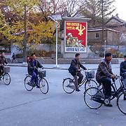Les Nords Coréens passent et font mine de ne pas me voir. Les rares voitures sont celles de gradés, la population, elle, marche ou pédale pour les plus chanceux.