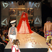 NLD/Amsterdam/20060306 - Modeshow Ronald Kolk 2006, Miss Marokko Mariama el Fadli, model, catwalk, bruid, vuurwerk