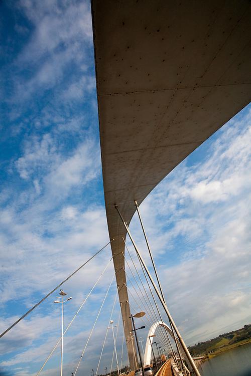 Brasilia_DF, Brasil...Ponte JK ou Ponte do Mosteiro sobre o Lago Paranoa, inaugurada em dezembro de 2002 e foi idealizada pelo arquiteto Alexandre Chan...The Juscelino Kubitschek Bridge, also known as the President JK Bridge or just the JK Bridge, crosses Lake Paranoa in Brasilia. It was designed by architect Alexandre Chan...Foto: LEO DRUMOND /  NITRO.