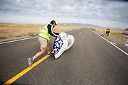 De Vortex gaat van start tijdens de kwalificaties. In Battle Mountain (Nevada) wordt ieder jaar de World Human Powered Speed Challenge gehouden. Tijdens deze wedstrijd wordt geprobeerd zo hard mogelijk te fietsen op pure menskracht. Het huidige record staat sinds 2015 op naam van de Canadees Todd Reichert die 139,45 km/h reed. De deelnemers bestaan zowel uit teams van universiteiten als uit hobbyisten. Met de gestroomlijnde fietsen willen ze laten zien wat mogelijk is met menskracht. De speciale ligfietsen kunnen gezien worden als de Formule 1 van het fietsen. De kennis die wordt opgedaan wordt ook gebruikt om duurzaam vervoer verder te ontwikkelen.<br /> <br /> In Battle Mountain (Nevada) each year the World Human Powered Speed Challenge is held. During this race they try to ride on pure manpower as hard as possible. Since 2015 the Canadian Todd Reichert is record holder with a speed of 136,45 km/h. The participants consist of both teams from universities and from hobbyists. With the sleek bikes they want to show what is possible with human power. The special recumbent bicycles can be seen as the Formula 1 of the bicycle. The knowledge gained is also used to develop sustainable transport.