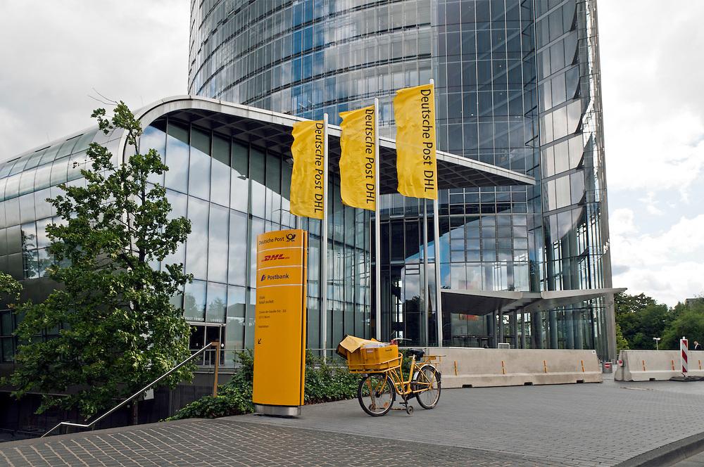Ein  Fahrrad der Post vor dem Hauptsitz der Deutsche Post DHL in Bonn  |   bicycle of the Deutsche Post DHL in fron of the headquater in Bonn,Germany                                                 |