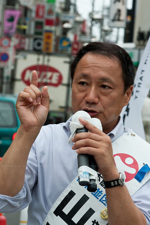 """Hiroshi Yamada of The Spirit of Japan (Nippon Soshinto) which is right Wing/Nationalist) political party with ties to the  Shinzo Abe-led bipartisan group of lawmakers, """"Sosei-Nippon,"""" and the Sunrise Party of Japan, led by Takeo Hiranuma, campaigning in Tokyo, Japan, Friday July 9th 2010"""