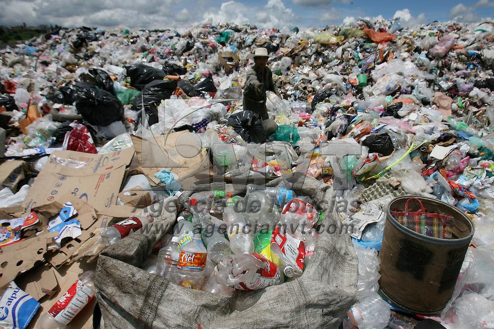 Capulhuac, Mex.- Pepenadores en el socavón municipal que produce composta, separan de la basura inorganica el pet, plásticos, cartón y objetos de reciclaje para su comercialización. Agencia MVT / Mario Vazquez de la Torre. (DIGITAL)<br /> <br /> <br /> <br /> <br /> <br /> <br /> <br /> NO ARCHIVAR - NO ARCHIVE