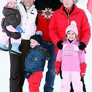 AUT/Lech/20080210 - Fotosessie Nederlandse Koninklijke familie in lech Oostenrijk, Koninging Beatrix, prins Constantijn en partner Laurentien met kinderen Eloise, Claus-Casimier en Leonore