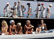 V. 03. Valencia, 03/07/05. Espectadoras y regatistas aguardan a la salida durante la quinta jornada del Trofeo de S.M. La Reina. EFE/Kai Försterling.