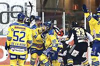 Ishockey , Get-Ligaen , Finalespill <br /> 16.04.15<br /> Hamar OL-Amfi<br /> Storhamar v Stavanger Oilers <br /> Foto : Dagfinn Limoseth , Digitalsport<br /> Luke Moffatt og Linus Johansson , Storhamar