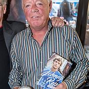 NLD/Amsterdam/20161125 - Boekpresentatie Johnny Rep Biografie, Johnny Rep met boek en biertje
