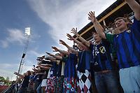 Fans, tilhengere, publikum, Stabæk. Bærget det blaa. Jubel. Flomlys. Tippeligaen 2006: Stabæk - Hamkam 4-0. 16. juli 2006. (Foto: Peter Tubaas/Digitalsport)
