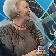 NLD/Delft/20160316 - Prinses Mabel en Prinses Beatrix aanwezig bij uitreiking Prins Friso Ingenieursprijs 2016 , Prinses  Beatrix drinkt een witte wijn