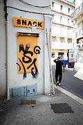 Gesloten winkel met gevel met posters en graffiti in centrum van Avignon, Frankrijk - Closed shop in the center of Avignon, France