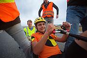 Florian Kowalik komt aan na de eerste avondrun. In Battle Mountain (Nevada) wordt ieder jaar de World Human Powered Speed Challenge gehouden. Tijdens deze wedstrijd wordt geprobeerd zo hard mogelijk te fietsen op pure menskracht. Het huidige record staat sinds 2015 op naam van de Canadees Todd Reichert die 139,45 km/h reed. De deelnemers bestaan zowel uit teams van universiteiten als uit hobbyisten. Met de gestroomlijnde fietsen willen ze laten zien wat mogelijk is met menskracht. De speciale ligfietsen kunnen gezien worden als de Formule 1 van het fietsen. De kennis die wordt opgedaan wordt ook gebruikt om duurzaam vervoer verder te ontwikkelen.<br /> <br /> In Battle Mountain (Nevada) each year the World Human Powered Speed Challenge is held. During this race they try to ride on pure manpower as hard as possible. Since 2015 the Canadian Todd Reichert is record holder with a speed of 136,45 km/h. The participants consist of both teams from universities and from hobbyists. With the sleek bikes they want to show what is possible with human power. The special recumbent bicycles can be seen as the Formula 1 of the bicycle. The knowledge gained is also used to develop sustainable transport.