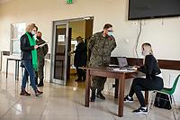 Gielczyn, woj. podlaskie, 05.05.2021. Punkt Szczepien Powszechnych w swietlicy wiejskiej. Jest to jeden z 29. PSP w woj. podlaskim. W punkcie mozna zaszczepic do 200 osob dziennie. N/z chetni do szczepien wypelniaja ankiety zdrowotne przed szczepieniem fot Michal Kosc / AGENCJA WSCHOD