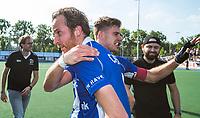 UTRECHT -  Quirijn Caspers (Kampong)  met rechts Sander de Wijn (Kampong)  na  de finale van de play-offs om de landtitel tussen de heren van Kampong en Amsterdam (3-1).   COPYRIGHT  KOEN SUYK
