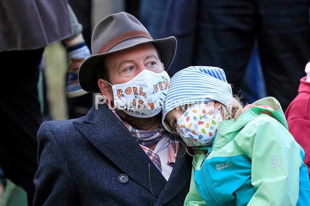 Wenige Tage nach Bekanntwerden des Umstands, dass der Salzstock im Wendland nicht weiter auf die Eignung als Atommülllager erkundet werden soll, feiern Atomkraftgegner das Aus für Gorleben nach 43 Jahren des Widerstands.Im Bild: Fried Graf von Bernstorff mit Tochter<br /> <br /> Ort: Gorleben<br /> Copyright: Andreas Conradt<br /> Quelle: PubliXviewinG