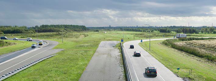 Nederland Delft 17-09-2010 20100917     A4 Delft - Schiedam wordt definitief verlengd,  er  is begin deze maand officieel besloten tot de aanleg van het stuk snelweg waarover zo'n vijftig jaar is gesproken. Rijkswaterstaat en het ministerie van VWS hebben dat laten weten.Over de nieuwe verkeersader wordt al decennialang gesteggeld, vooral omdat de weg het natuurgebied Midden-Delfland doorboort...De zeven kilometer asfalt tussen Delft en Schiedam doorkruist straks verdiept of via een tunnel het natuurgebied tussen de twee steden. Het belangrijkste pluspunt is dat de A13 wordt ontlast. Op rijksweg A13 staat dagelijks de voor de economie schadelijkste file van Nederland. Met het project A4 Delft-Schiedam willen lokale en regionale overheden en het Rijk de problemen rond bereikbaarheid en leefbaarheid op en rond de A13 en de A4 Delft-Schiedam oplossen, ook de bereikbaarheid van de Maasvlakte wordt zo verbeterd. Randstad.  ontlasting wegennet. Midden Delftland., ruimtelijke ordening, ruimtelijke planning, ruimtelijke visie, ruraal, rurale omgeving, rustiek, rustieke, rustieke omgeving, rustig, rustige, schadelijk, schadelijk voor milieu, schaden, snelweg, snelwegen, spoor, stil, terrein, toekomst, toekomstige plannen, toekomstplannen, tracé, traject, transport, uitgestrektheid, uitlaatgassen, verbinding, verbindingen, vergezicht, vergezichten, verkeer en vervoer, verkeer en waterstaat, verkeersader, verkeersaders, verkeersdruk, verkeersnet, vernieuwing, vervoer, vewezenlijken, weg, wegen, wegenbouw, wegennet, wegnet, wegverbinding, wei, weide, wijds, wijdsheid