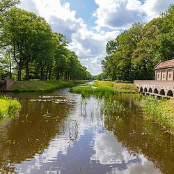 22-05-2020: Nieuws: Stockfotos: Nederland<br />Het Schuivenhuisje (ook: Dinkelhuisje), Harseveldweg, Denekamp. Langs het Almelo-Nordhorn kanaal staat een merkwaardig smal gebouwtje, het zgn. schuivenhuisje: een stuw met een zeer bijzondere stalen schuivenconstructie.<br /> Het schuivenhuisje werd gebouwd in 1887 toen de scheepvaart op het Almelo-Nordhornkanaal nog groeiende was.