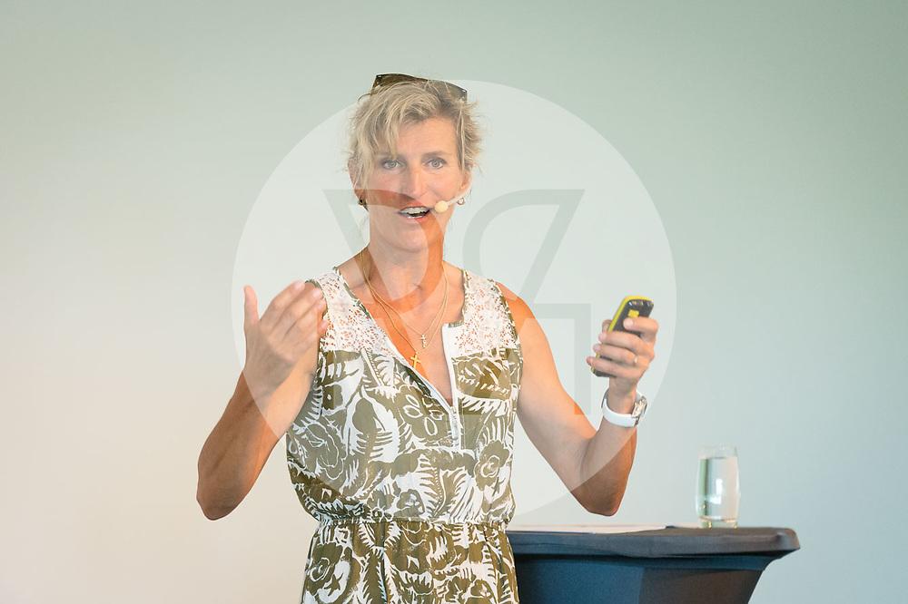 SCHWEIZ - RÜSCHLIKON - Evelyne Binsack im Gottlieb Duttweiler Institute (GDI) - 21. Juni 2017 © Raphael Hünerfauth - http://huenerfauth.ch