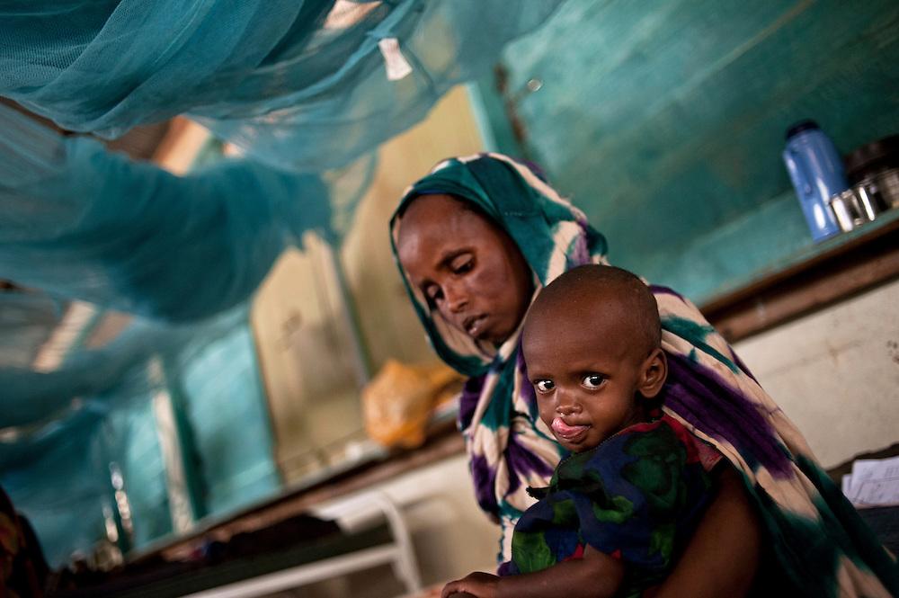 Kenya, Dadaab, camp de Daghaley le 11-08-11 - Les enfants souffrant de malnutrition sévère sont pris en charge dans l'hôpital de MSF. Ils reçoivent un traitement approprié et quotidien au sein de cette section dédiée aux moins de cinq ans. Cet hôpital traite en moyenne 500 patients par mois.