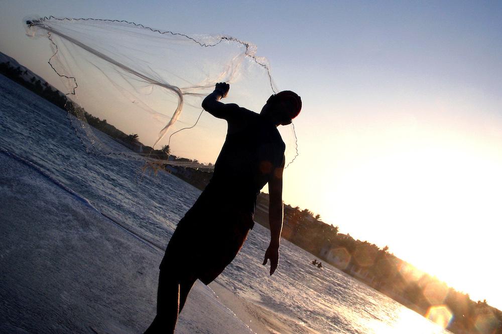 Fortaleza_CE, Brasil...Silhueta de um pescador...A fisherman silhouette...FOTO: BRUNO MAGALHAES /  NITRO