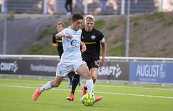 Elijah Just (FC Helsingør) følges af Søren Henriksen (Vendsyssel FF) under kampen i 1. Division mellem FC Helsingør og Vendsyssel FF den 18. september 2020 på Helsingør Stadion (Foto: Claus Birch).