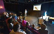 Nederland, Nijmegen, 9-10-2016Verschillende activiteiten in cultureel centrum de Lindenberg vanwege de kinderboekenweek .Jaap Robben vertelt SuzieRuzie met live tekeningen van Benjamin Leroy .Foto: Flip Franssen