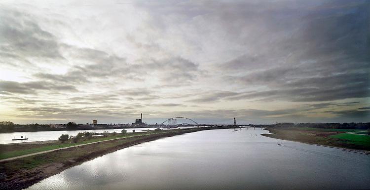 Nederland, the Netherlands, Nijmegen, 20-4-2018Het eiland Veur-Lent tussen de rivier de Waal en de Spiegelwaal, nevengeul bij Nijmegen . Op de achtergrond de nieuwe brug de Oversteek . De nevengeul is gegraven om bij Nijmegen een lagere waterstand en betere waterafvoer te bereiken bij hoogwater , ruimte voor de rivier. Foto: Flip Franssen