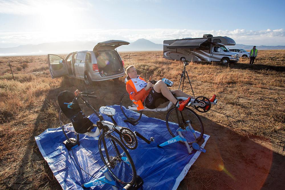 Robert Braam bereidt zich voor voor de kwalificaties. De VeloX V kwalificeert zich voor de race. Het Human Power Team Delft en Amsterdam (HPT), dat bestaat uit studenten van de TU Delft en de VU Amsterdam, is in Amerika om te proberen het record snelfietsen te verbreken. Momenteel zijn zij recordhouder, in 2013 reed Sebastiaan Bowier 133,78 km/h in de VeloX3. In Battle Mountain (Nevada) wordt ieder jaar de World Human Powered Speed Challenge gehouden. Tijdens deze wedstrijd wordt geprobeerd zo hard mogelijk te fietsen op pure menskracht. Ze halen snelheden tot 133 km/h. De deelnemers bestaan zowel uit teams van universiteiten als uit hobbyisten. Met de gestroomlijnde fietsen willen ze laten zien wat mogelijk is met menskracht. De speciale ligfietsen kunnen gezien worden als de Formule 1 van het fietsen. De kennis die wordt opgedaan wordt ook gebruikt om duurzaam vervoer verder te ontwikkelen.<br /> <br /> The VeloX V qualifies for the race. The Human Power Team Delft and Amsterdam, a team by students of the TU Delft and the VU Amsterdam, is in America to set a new  world record speed cycling. I 2013 the team broke the record, Sebastiaan Bowier rode 133,78 km/h (83,13 mph) with the VeloX3. In Battle Mountain (Nevada) each year the World Human Powered Speed ??Challenge is held. During this race they try to ride on pure manpower as hard as possible. Speeds up to 133 km/h are reached. The participants consist of both teams from universities and from hobbyists. With the sleek bikes they want to show what is possible with human power. The special recumbent bicycles can be seen as the Formula 1 of the bicycle. The knowledge gained is also used to develop sustainable transport.
