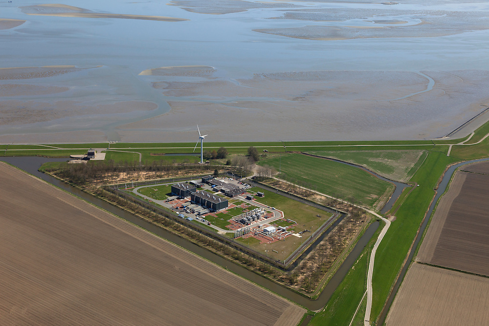 Nederland, Groningen, Gemeente Delfzijl, 01-05-2013; Oostpolderdijk, aanlandingspunt van ondergrondse transportleiding voor gas. Behandelingsstation en gascompressorstation voor aardgas van Gasunietransportservices.<br /> Gas station for debarkation and processing of natural gas.<br /> luchtfoto (toeslag op standard tarieven);<br /> aerial photo (additional fee required);<br /> copyright foto/photo Siebe Swart