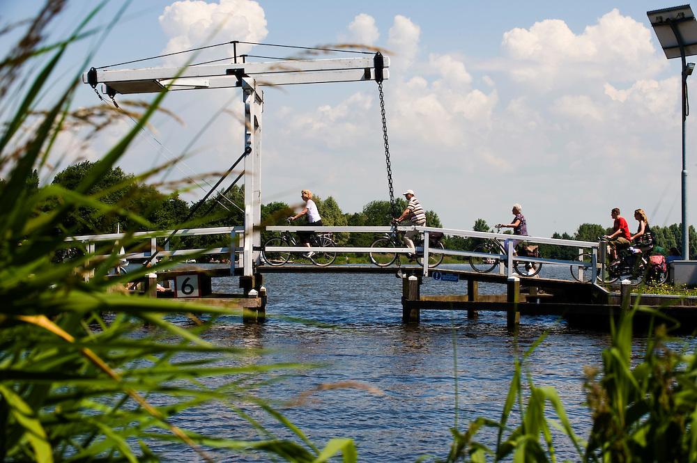 Nederland, Reeuwijk, 1 juni 2009.Recreatie bij Reeuwijkse plassen. ..Foto (c) Michiel Wijnbergh.