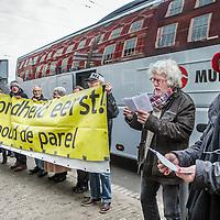 Nederland, Den Haag, 18 januari 2017.<br />Een bus vol met leden van vereniging Behoud de Parel uit Grubbenvorst reist af naar Den Haag. Daar wonen ze een zitting bij de Raad van State bij tegen de komst van de megastal NGB in Grubbenvorst.<br />Op de foto: Leden van Behoud de Parel bij aankomst Raad van State houden een spandoek met tekst :Gezondheid eerst, voordat ze naar binnen gaan.<br /><br /><br /><br /><br />Foto: Jean-Pierre Jans