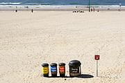 Nederland, Scheveningen, 20-10-2018 Op het strand zijn afvalbakken neergezet waar mensen hun afval in kunnen gooien . Het is een manier om te voorkomen dat het plastic en ander zwerfafval in zee terechtkomt, daarna in de voedselketen en een bedreiging voor veel dieren vormt of in de plastic soup, soep terechtkomt . Foto: Flip Franssen