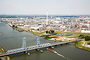 Nederland, Rotterdam, Pernis, 04-07-2006; olieraffinaderij van ShelPernis, in de voorgrond de Botlekbrug;   .Oirefinery of the Shelcompany,  in front the Botlek bridge.. .luchtfoto (toeslag); aerial photo (additional fee required); .foto Siebe Swart / photo Siebe Swart