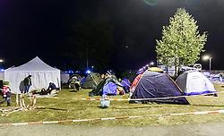 27.09.2015, Grenzübergang, Salzburg, AUT, Fluechtlingskrise in der EU, im Bild Flüchtlinge warten an der Grenze zu Deutschland und schlafen am Boden oder in Zelten, Übersicht der Zeltstadt // Refugees wait on the border to Germany and to sleep on the ground or in tents, Overview. Thousands of refugees fleeing violence and persecution in their own countries continue to make their way toward the EU, border crossing, Salzburg, Austria on 27.09.2015. EXPA Pictures © 2015, PhotoCredit: EXPA/ JFK