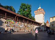 Kraków 11-09-2019. Galeria obrazów na murze starego miasta przy Bramie Floriańskiej.<br /> Picture Gallery on the wall of the old town at the Florian Gate.
