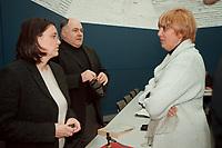 16 JAN 2001, BERLIN/GERMANY:<br /> Kerstin Mueller und und Rezzo Schlauch, B90/Gruene Fraktionsvorsitzende, und Claudia Roth, MdB, B90/Gruene, Kandidatin fuer das Amt der Parteivorsitzenden, vor Beginn der Fraktionssitzung, Deutscher Bundestag<br /> IMAGE: 20000116-02/01-31<br /> KEYWORDS: Kerstin Müller