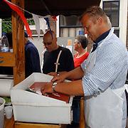 NLD/Muiden/20050702 - Spieringfestival Muiden, braderie, drukte, vis, kar, haring, schoonmaken