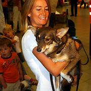 NLD/Amsterdam/20050702 - Bridget Maasland terug uit Bukarest met zwerfhonden die afgemaakt zouden worden, styliste Monique Verkaart