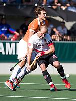 AMSTELVEEN  - Hockey -  1e wedstrijd halve finale Play Offs dames.  Amsterdam-Bloemendaal (5-5), Bl'daal wint na shoot outs. Billy Bakker (A'dam) met Manu Stockbroekx (Bldaal)    COPYRIGHT KOEN SUYK